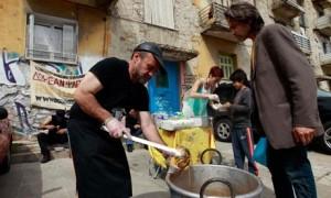 Masă pentru săraci în Atena, vara lui 2013. Foto:  Jihn Kolesidis / Reuters, preluare după  theguardian.com