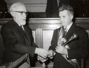 Tovarășul Voitec, înaintaș de nădejde al social-democraților de azi, făcându-i o mare bucurie lui Nicolae Ceaușescu