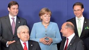 Hi, I'm a commie. Dimitris Christofias, președintele Ciprului, lângă Angela Merkel și anticomunistul Băse la un summit UE.